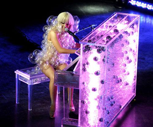 Concert de Lady Gaga avec du fil électroluminescent sur son piano
