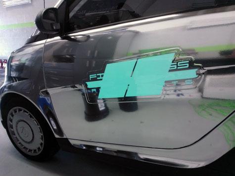 Porte chromé et publicité électroluminescente sur une smart en leasing