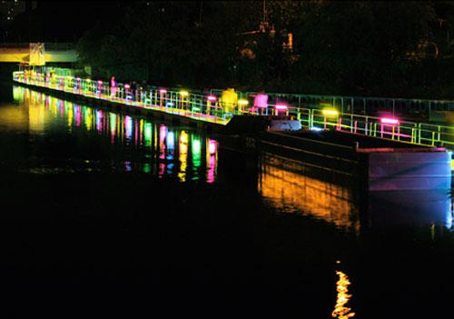 Péniche sécurité et électroluminescente sur un fleuve de lumières...