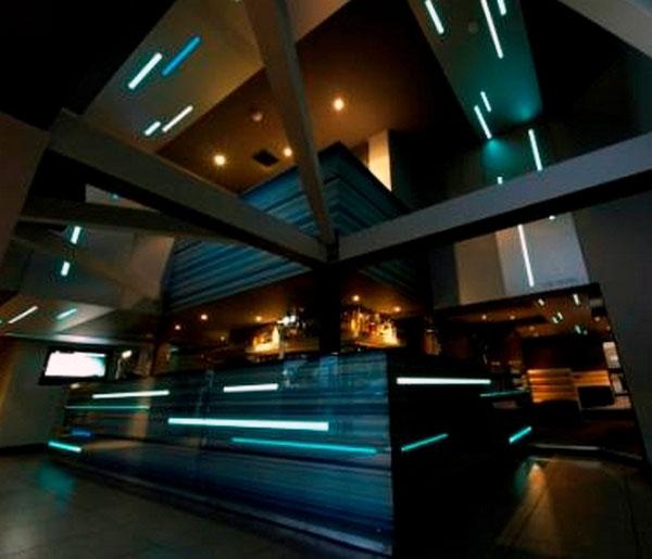 Eclairage design et bande lumineuse adhésive applicable sur les murs, sols et plafonds