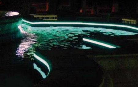 Sécurité design et lumière étanche aux contours d'une piscine