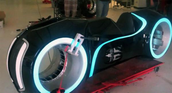 La moto de Tron durant l'installation des fournitures électroluminescentes