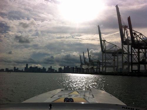 Logo électroluminescent appliqué à Miami sur un bateau