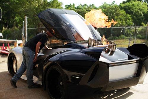La voiture lance flamme
