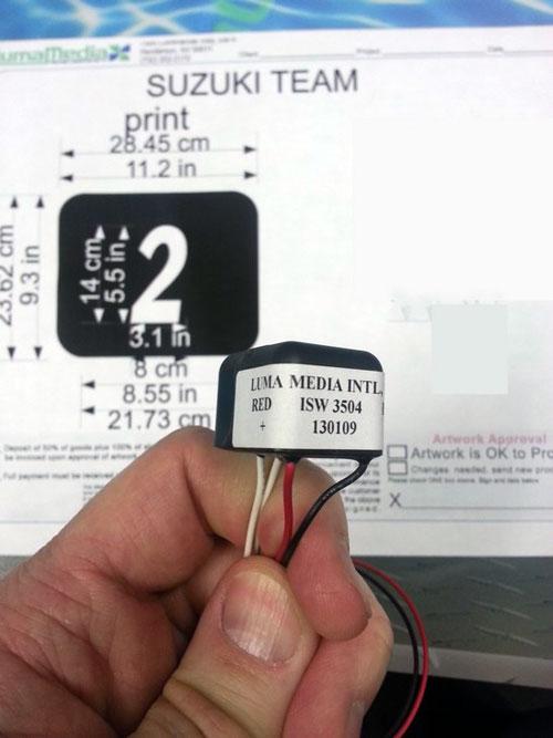 Numero de course électroluminescent et son boitier d'alimentation miniature